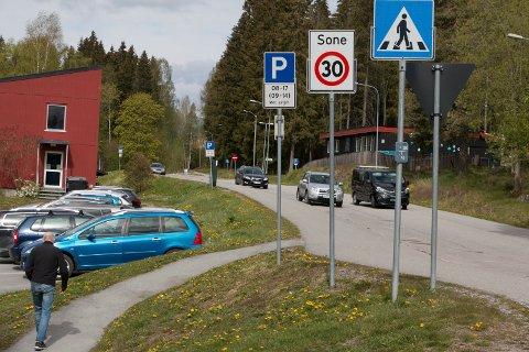 GRATIS I EN TIME: Nå blir også denne gateparkeringen i øvre del av Parkvegen nord for Kongsvinger sjukehus gratis i én time. Det betyr en bekymring mindre for besøkende og pasienter ved sykehuset.