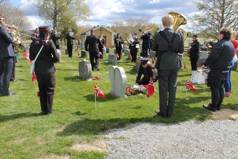 MARKERING: Ettersom året i år markerer det som ville ha vært Tirils tiende år i korpset, mottok hun Norges Musikkorps Forbund sin «årsmedalje».
