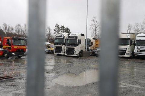 BESLAG: Bak lukkede porter på en tomt utenfor Moss står trekkvognene som politiet har tatt i beslag fra det nå konkursrammede selskapet.