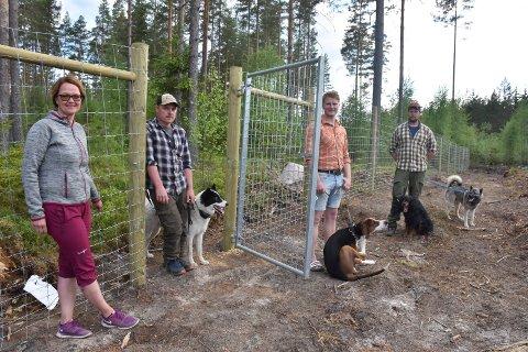 ILDSJELER: Fire ildsjeler ved porten til Solør Hundepark, fra venstre Tove Lisbeth Finstad, Håkon OLastuen, Anders Bredalen Foss og Robert Westgaard.