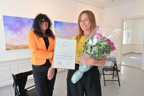Direktør i Norske Kunstforeninger, Susanne Svenseid, overrakte prisen Årets Kunstforening 2019 til styreleder i Kongsvinger Kunstforening, Benedikte Jansen.