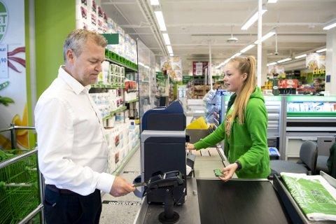 Erik Telle-Ariansen, som er regionbanksjef i DNB på Vestlandet, er sikker på at innføringen av den nye kontantordningen kommer til å gå knirkefritt. Her besøker han Kiwi-butikken på Damsgård.