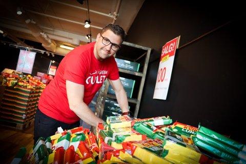 Haakon Dagestad i Travel Retail Norway AS har gjort millionbutikk på å selge ut flyplassgodteri i leide lokaler på Jessheim. Nå håper han på stadig økende trafikk ved hovedflyplassens taxfreebutikk igjen.