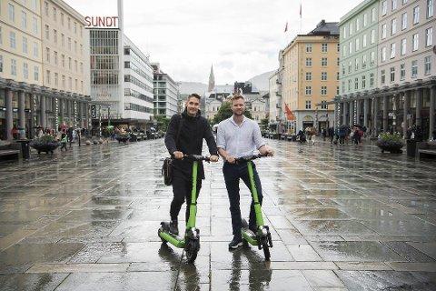 Johan Olovsson (t.v.) og Espen Rønneberg startet Ryde Technology. Forrige fredag lanserte de sparkesyklene sine i Bergen. Nå har politiet gitt dem lov å rulle løpehjulene tilbake til byens gater.
