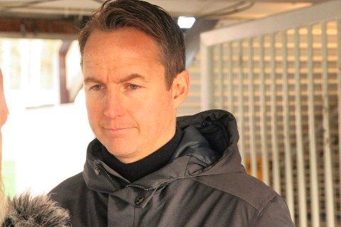 LETER ETTER KEEPER: Espen Nystuen hentet inn Michael Crowe for å se norsk-walisieren på KIL-treninga på onsdag.