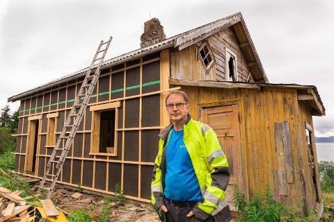 PÅGANGSMOT: Svein Benjaminsen har tatt på seg en stor jobb med å sette huset i stand. Det har han gitt seg selv et år på å klare.
