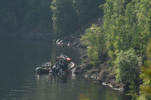 FUNN: Politiet heiste opp noe fra under vannet utenfor Skreifjella onsdag. Foto: Brynjar Eidstuen
