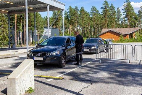 """VELGER KARANTENE: Ukesrapporter fra tollerne på Magnormoen og resten av Innlandet viser at mange fortsetter å reise til Sverige – nesten to uker etter at Värmland ble """"rødt"""" igjen."""