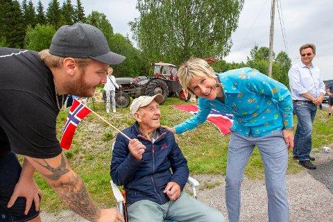 Linda Eide hilste på Jørgen Bekkengen, som ventet på henne sammen med barnebarnet, Lars-Erik Josefsson.