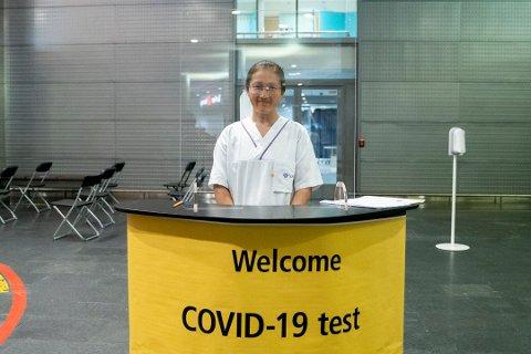 TESTER: I ankomsthallen på Oslo Lufthavn kan du bli møtt av blant andre Signe Aas, sykepleier ved LHL. Foto: Fredrik Hagen/NTB scanpix