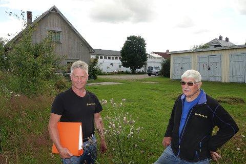 SENTRALT: Daglig leder i Solør Hus, Øystein Aurland, til venstre, og styreleder Kåre Fjeld har tro på en blokk på denne tomta, med kort gangavstand til Kaffegata i bakgrunnen.