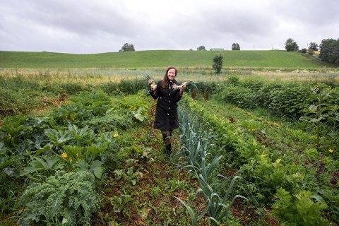 Rebekka Bond har flyttet hjem til småbruket i Lillestrøm kommune. I år har hun kastet seg ut i grønnsaksproduksjon, og selger overskuddet gjennom Reko-ringen.