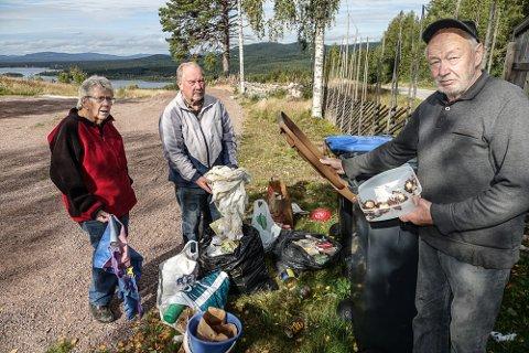 LEVERES TILBAKE: – Dette skal vi fjerne fra velforeningens søppeldunker og levere like usortert tilbake dit det kom fra, sier leder i Østre Finnskog vel, Ivan Grenberg, til høyre. Styremedlemmene Gunhild RAmsli og Kåre Ryen er enige.