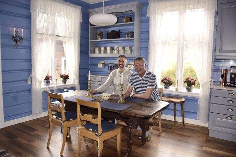HADDE PLANER: Tor Erik Skramstad (til venstre) og Jan Ekeland hadde planer for å utvikle den gamle prestegården i Stor-Elvdal. Nå har de imidlertid lagt ut eiendommen for salg. – Tiden strekker rett og slett ikke til, sier Ekeland.