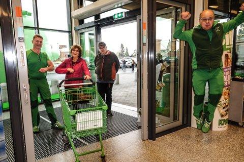 GODT HUMØR: Daglig leder Morten Bottilsrud, til venstre, tok i mot blant andre Mary Wiik, som har jobbet i butiklene på gamle Teten i 30 år. Bak henne kommer Heiki Ruud. Til høyre en hoppende glad ansatt, Tore Rønningen.