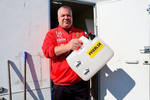 OPPGITT: LSKs materialforvalter Tor Arne Solberg med kanna som lå tømt i treningsbua torsdag morgen.