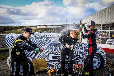 HEFTIG FEIRING: Ben-Philip Gundersen gratuleres av jamaicaneren Frasier McConnell og svenske Oliver Eriksson med seier i årets siste runde i det nordiske rallycrossmesterskapet. (Foto: Jakub Nitka)