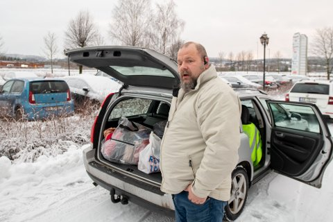 STRØMMET TIL: Henning Staffern Staff var en av de som møtte opp på Olavsgaard torsdag med saker og ting til de skredrammede Gjerdrum-innbyggerne.