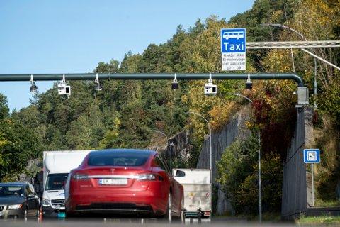 Fra 1. januar 2021 ble det dyrere å kjøre gjennom bomringene i Oslo med elbil. På enkelte tidspunkt er prisen doblet.  Foto: Heiko Junge (NTB)