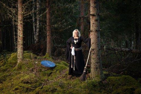HEVDER HUN HEALER: Anne Teien hevder hun er spirituell veileder, healer og energiarbeider. Eller heks, om du vil.