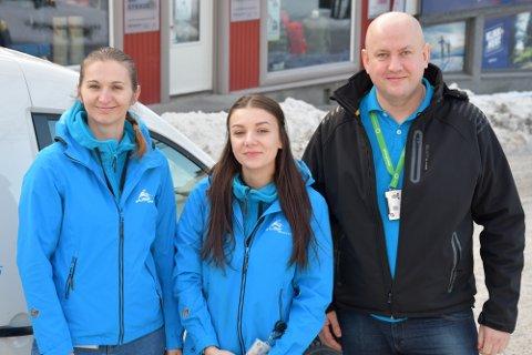 Bedriftseierne Wioletta Stalerzuk og Adam Stalerzuk fra Øyer, og renholder Katarzyna Rzeźniczuk (i midten) forteller om hvordan det er å være polsk arbeider i Norge under koronaen.