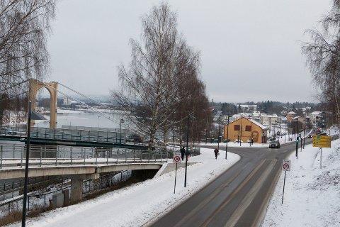 SKAL ASFALTERES: Glommengata og gamlebrua i Kongsvinger sentrum er to av de lokale fylkesveistrekningene som får nytt asfaltdekke i løpet av året.