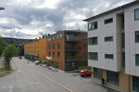 NYBYGGING: Dette leilighetsbygget i Storgata 33 i Kongsvinger sentrum er ett av de pågående byggeprosjektene i byen. Men politikerne understreker at det alltid må være ledige arealer både til leilighetsprosjekter og eneboliger tilgjengelig for utbyggere.