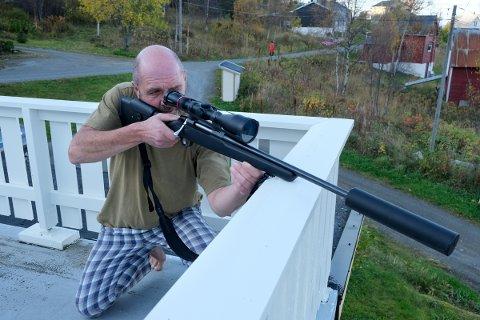 I SKUDDET: Terje Verkland rekonstruerer skuddposisjonen han hadde på verandaen, barbeint i pyjamasbukse og T-skjorte.