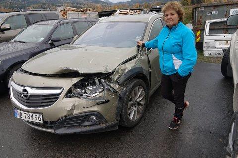 TILFELDIGHETER: – Hadde jeg vært noen sekunder senere ut av bilen her, kunne det gått skikkelig galt, sier Oddny Beck. Familiens bil fikk hard medfart i fronten.