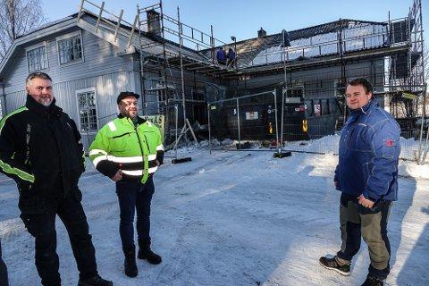 BERGES: Våler-kommunelokalet blir reddet fra forfall. – Godt å komme i gang med dette, sier fra venstre Per Håvard Tomterstad ved teknisk etat i kommunen, driftsoperatør ved samme avdeling, Morten Andrå, og prosjektleder Kristoffer Svartholt hos Solør Hus.