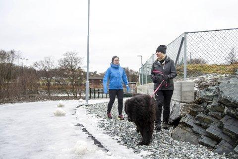 Margrete Andersen og Edle Ørvig er lei de brune klattene som finnes overalt på turstien rundt Tranevatnet.