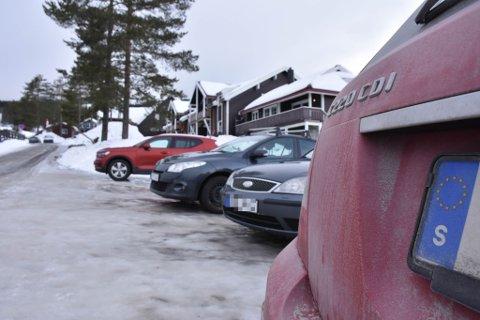 SVENSK SKILT: I Trysilfjellet er det stedvis tett mellom svenskskiltede biler, til tross for grensestengningen. Her, nær Trysil Apartment Hotell, sto seks biler med svenske skilter tett ved hverandre.