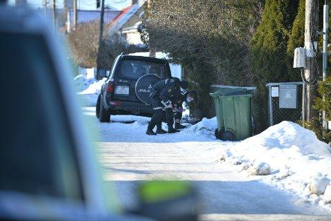 UNDERSØKER: Det er mye politi i området rundt den aktuelle boligen og politiet foretar sine åstedsundersøkelser på stedet.