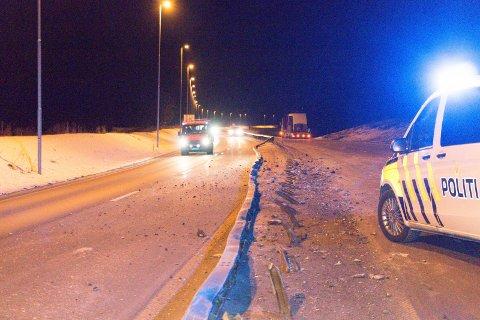 ØDELAGT: En lastebil kjørte på og ødela midtdeleren over en 100 meter lang strekning på E16 mellom Fulu og Sander søndag kveld.   FOTO: PER HÅKON PETTERSEN