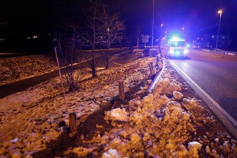 DRO MED SEG AUTOVERNET: En mannlig sjåfør kjørte rett over midtrabatten og i autovernet ved Ekeneskrysset på Nøtterøy i starten av januar. Sjåføren ble raskt mistenkt for ruskjøring, og skal blant annet ha spyttet på politiet og hevdet han var koronasmittet.