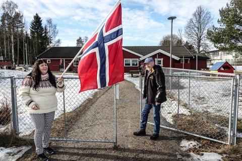 FLAGGET TIL TOPPS: Pensjonistpartiets Gunn Marit Lindmoen og Asgeir Lindberget har vært aktive i kampen for Nordhagen barnehage og kunne svinge flagget tirsdag.