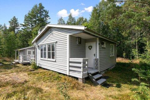 LANDLIG: Brukte hytter går raskt unna, denne i Risberget i Grue kommune ligger  til salgs med en prisantydning på 450.000 kroner. Sammenligner vi distriktet vårt i fjor, var det relativt store prisforskjeller i de ulike kommunene på hyttene som ble solgt.