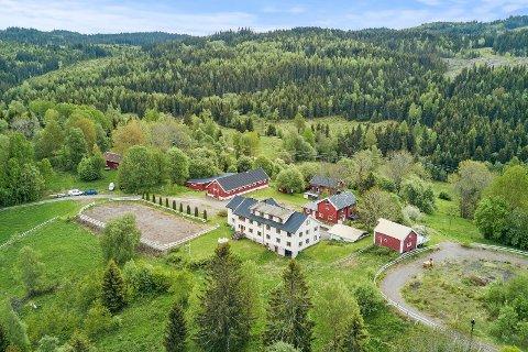 HØGTUN: Eiendommen er på drøyt 37 mål og inneholder mange bygninger og to ridebaner.