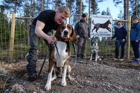BRA FOR HUNDEHELSA: – Mulighetene her er veldig bra for hundehelsa, sier Anders Bredalen Foss, til venstre, og Espen Svenneby. Videre ser vi leder i Åsnes JFF, Tove Lisbeth Finstad, og viltansvarlig ved Landbrukskontoret for Våler og Åsnes, Pia Knøsen Lund.