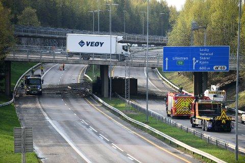 DRAMATISK: Lastebilen har kollidert i brukaret og veltet over på sida etter ulykka.