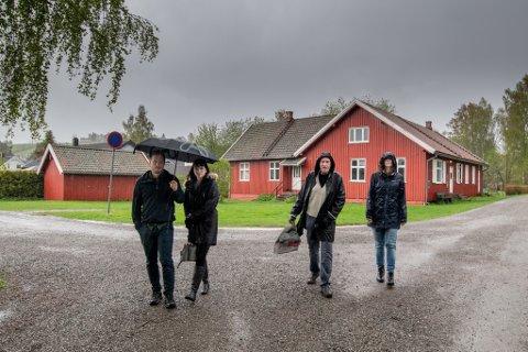 BEKYMRET: Ekteparet Malin og Anders Kvamme Diesen og naboene Noralf og Gerd Solveig Hovi er bekymret etter meldingen om at deres eiendommer står på eller i nærheten av et gammelt deponi.