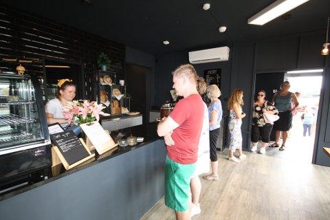 Det var rift om de gjeve uteplassene da Smaabruket åpnet sin nye kafé og landhandleri på Skarnes.