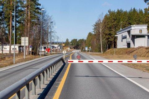 KØKAOS: Reiser du til Sverige i helga, må du regne med lange køer på grensa når du kommer tilbake. Bommen er nede og det er grundig kontroll på Magnormoen.