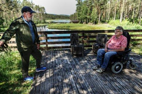 MÅ GJØRES NÅ: – Det haster med å sette brua i stand, sier Bjørn Olsrud, til venstre, og Rune Lerudsmoen i Rud vel på Våler vestside. Her er de på brua ved utfartsstedet Butjernet.