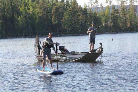 AKTIVITETER: Rolf Magnus Grenberg (i båten) Explore Finnskogen og Knut Egil Bekkevold Outdoor Finnskogen er engasjert til årets Camp Finnskogen ved Røgden i august.