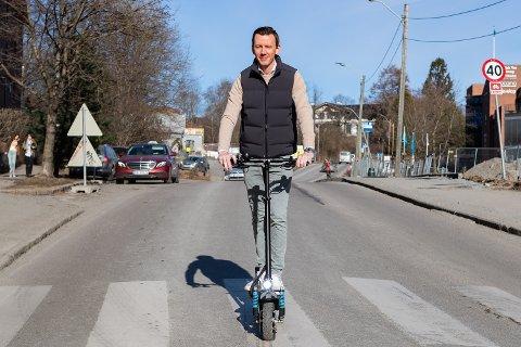ØNSKER MAKSGRENSE: Thomas Holstad i selskapet Stayclassy mener regelverket bør strammes opp. Samtidig selger han elsparkesykler med ytelse utover det tillatte. Foto: Jørgen Hyvang