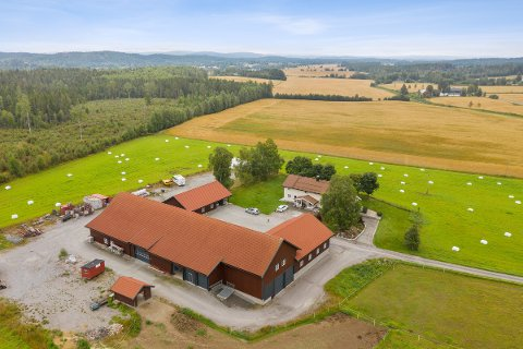 STOR BYGNINGSMASSE: Rydjar gård har store bygninger i tillegg til våningshuset.