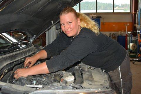 MANNSDOMINERT YRKE: Connie Sørpebøl er en av rundt 450 kvinnelige bilmekanikere i fast jobb.