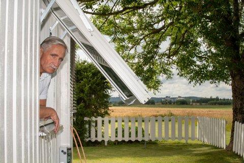 TILTAK: Bernt-Ingar Jahren har montert tette vinduer for å holde lukta ute.