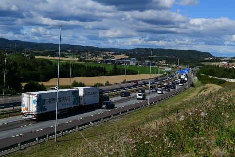 MYE TRAFIKK: Ved Hvam på vei ned fra Djupdalstoppen er det tett trafikk fredag ettermiddag.